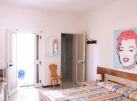 Schlafzimmer mit kleiner Terrasse und Badezimmer